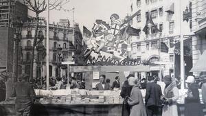 Estand de la librería Catalonia de Barcelona en el Sant Jordi de 1932.