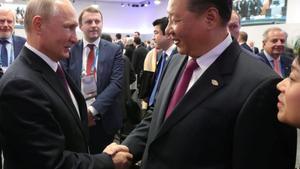 Vladímir Putin y Xi Jinping se saludan durante la cumbre del G-20 en Buenos Aires, el 1 de diciembre.