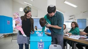 Una familia acude a votar en Israel.