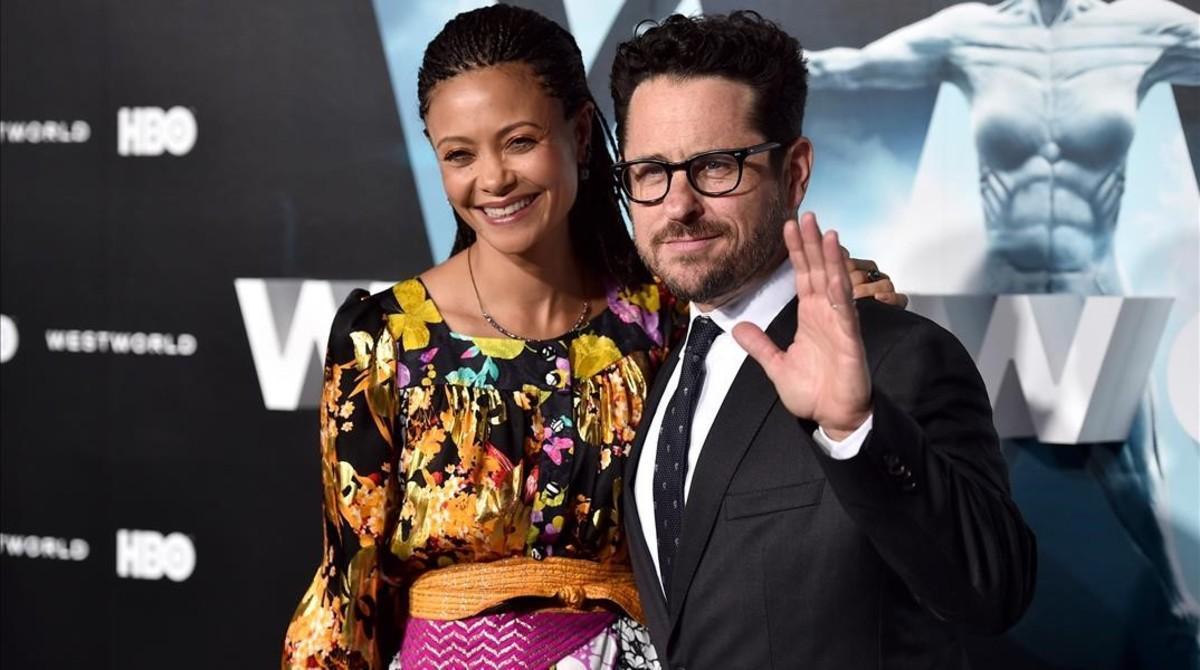 La actriz Thandie Newton y el productor y director JJ Abrams, en la presentación oficial en Los Ángeles de laserie dela HBO 'Westworld'.