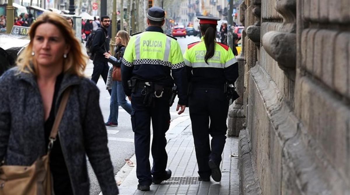 Una pareja mixta de Mossos y Guardia Urbana, patrullando por Barcelona.