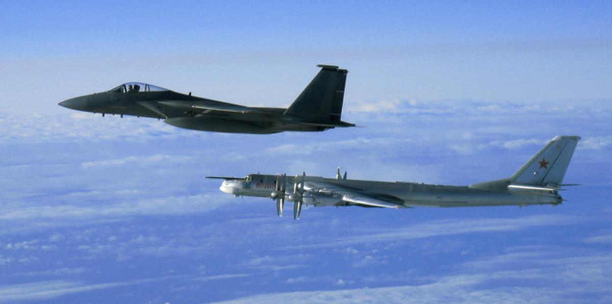 Imagen de un F-15 estadounidense y un bombardero Tu-95 ruso en las costas de Alaska.