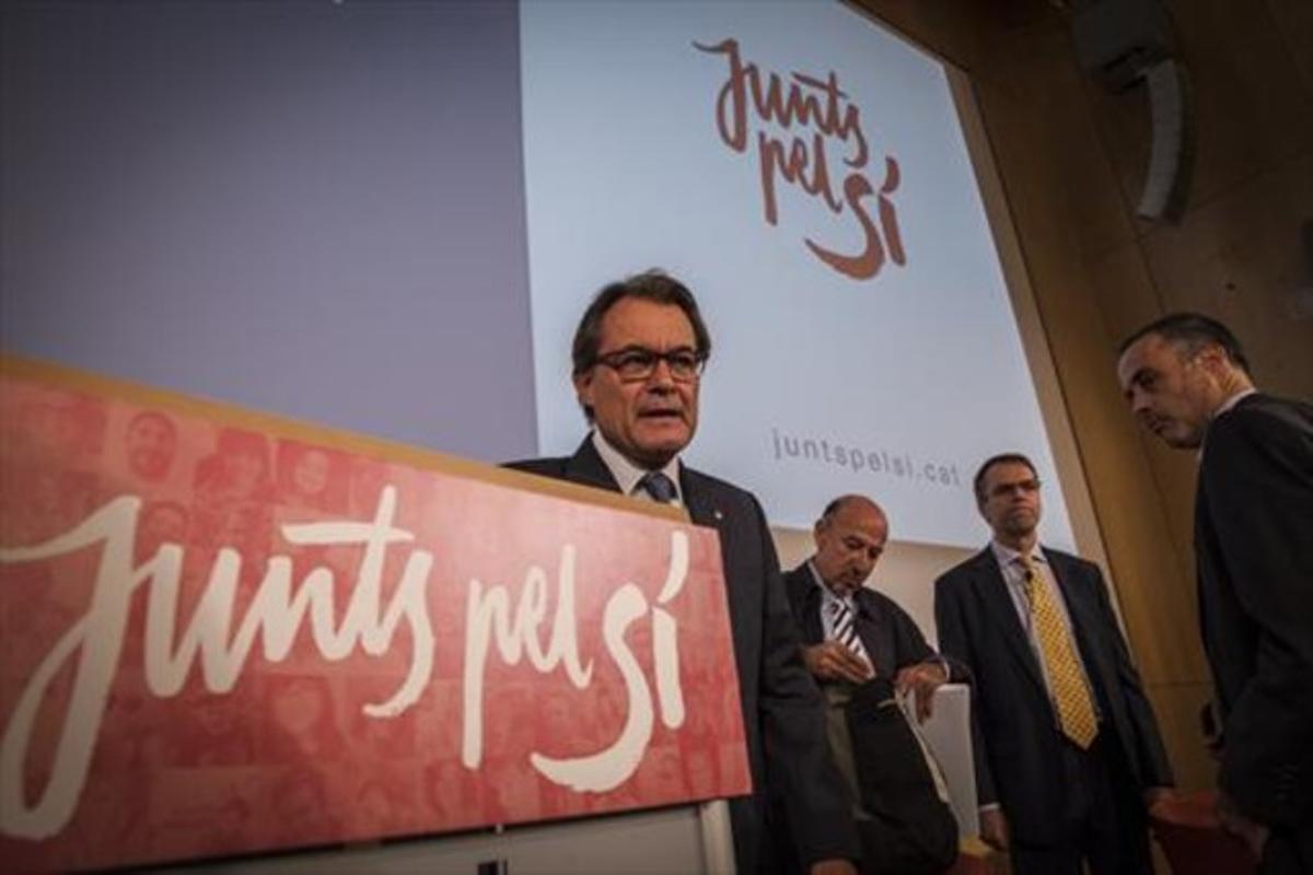 Artur Mas, ayer, junto a Germà Bel y Oriol Amat, en un acto de Junts pel Sí.