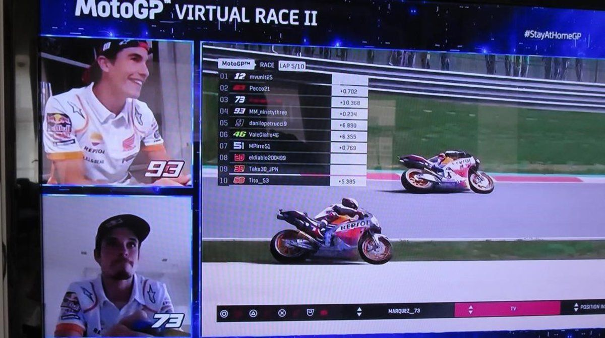 Marc Márquez (arriba) y su hermano Àlex pelean por la tercera plaza en el segndo GP virtual de MotoGP.