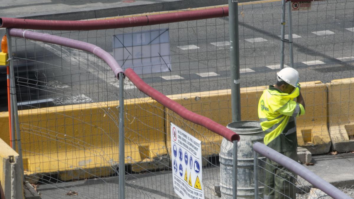 Un operario en una pausa para superar los efectos de la ola de calor en las obras que se están realizando este verano en la Gran VÍa