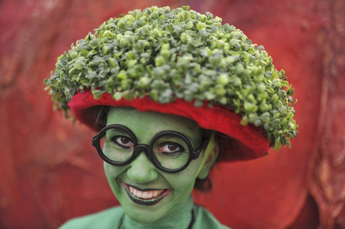 Una joven, pintada con el color verde de Irlanda y con un sombrero hecho de tréboles, este jueves, día de San Patricio, en Dublín.