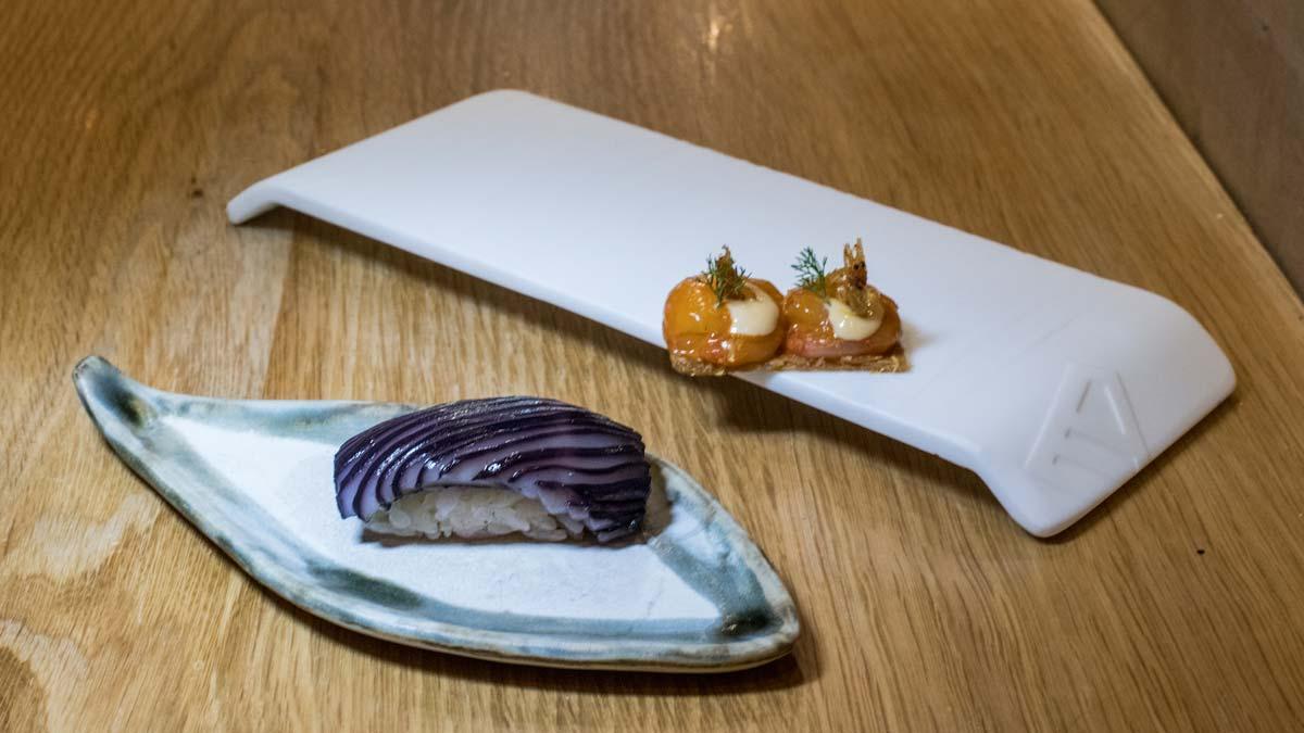 Jorge Muñoz explica cómo preparar 'nigiri' de calamar y tostada de pollo con gambas.
