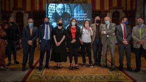 De izquierda a derecha, Josep Cuní, José Crehueras, Mari Carmen Bellver, Ada Colau, Anntonia Kerrigan, Sergi Doria, Eduardo Mendoza, Emili Rosales y Sergio Vila-Sanjuán.