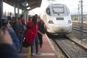 La CNMC expedienta a ocho empresas de seguridad y comunicación ferroviaria.
