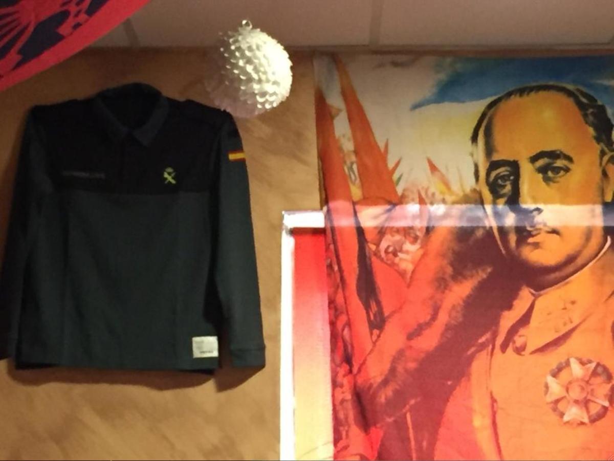 Camisa de la Guardia Civil junto a retrato de Franco en el Bar Oliva de Madrid.