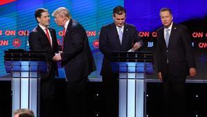 Trump saluda a Rubio (izquierda) al final del debate, junto a Ted Cruz y John Kasich, anoche en Florida.