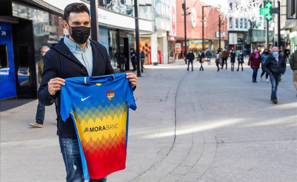 Eder Sarabia, este martes, con la camiseta del FC Andorra, en la avenida Meritxell de Andorra la Vella.