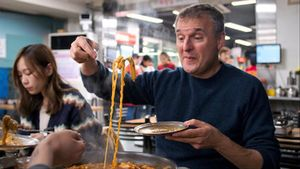 Phil Rosenthal en la recién estrenada nuevatemporada de 'Comida para Phil'.