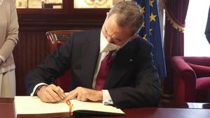 Felipe VI firma en el libro de visitas del Consejo de Estado, el pasado 28 de abril.