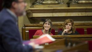 Nuet habla en el Parlament ante la mirada de Albiach y Alamany (derecha).