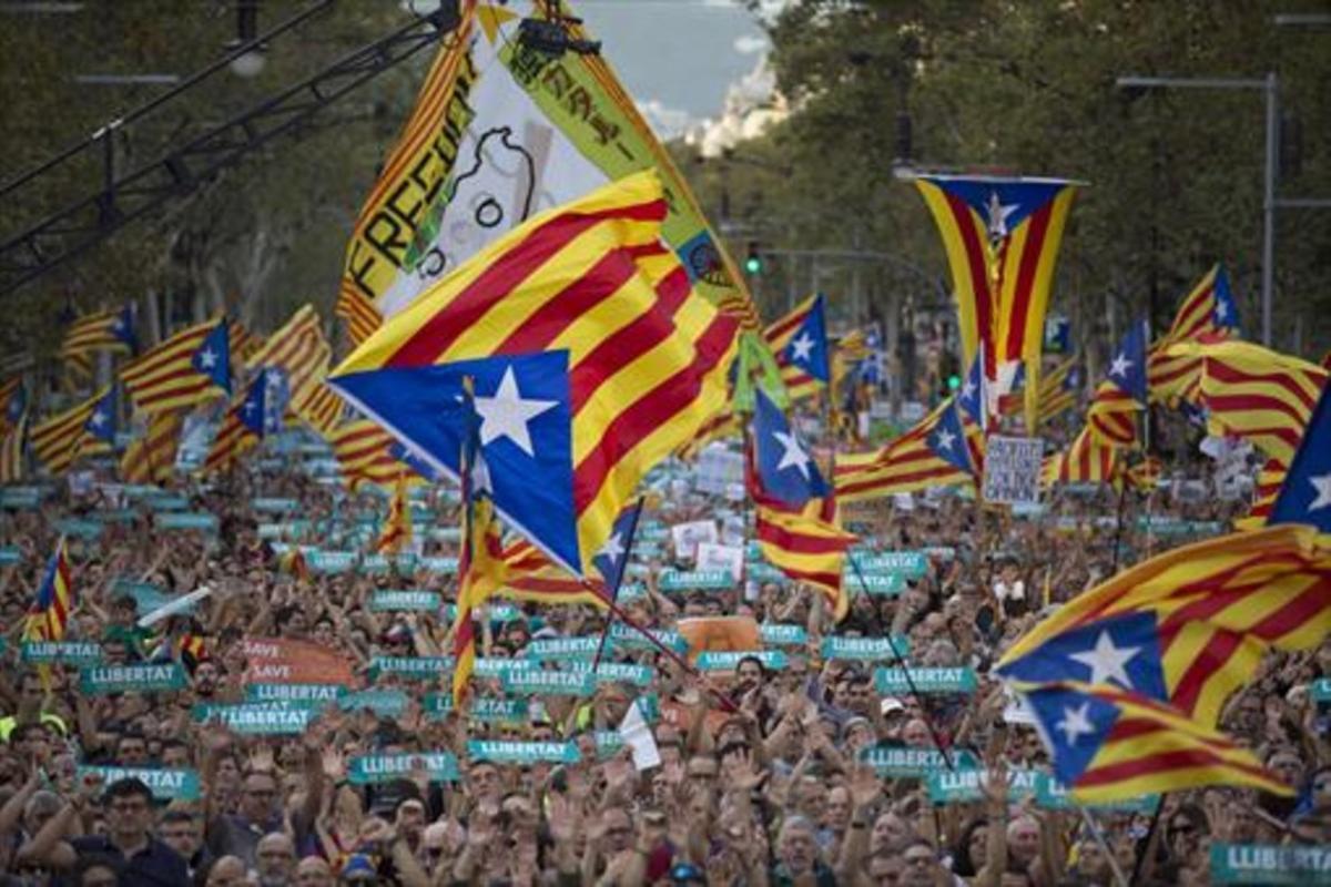 La cabecera de la manifestación convocada por la Taula per la Democràcia, el pasado 21 de octubre