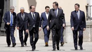 Mariano Rajoy y los otros seis dirigentes de los países del sur de la UE se dirigen a la foto de familia, en los jardines del Palacio del Pardo de Madrid.