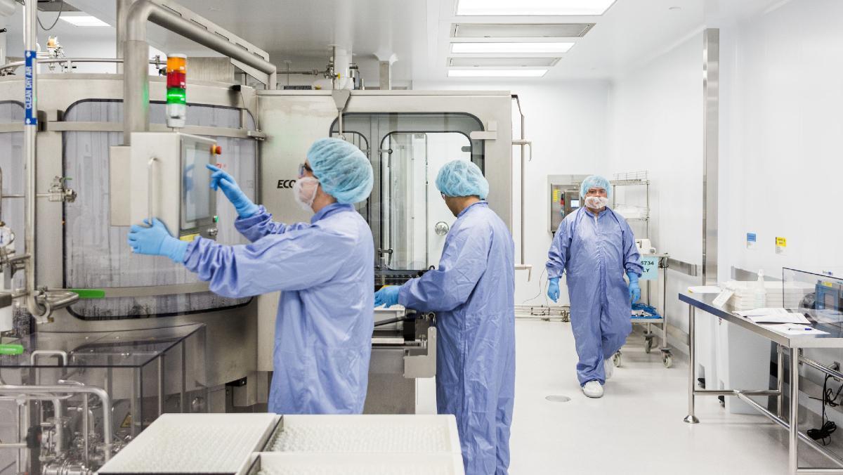Investigadores trabajan en la fabricación del remdesivir, un fármaco experimental contra el covid-19.