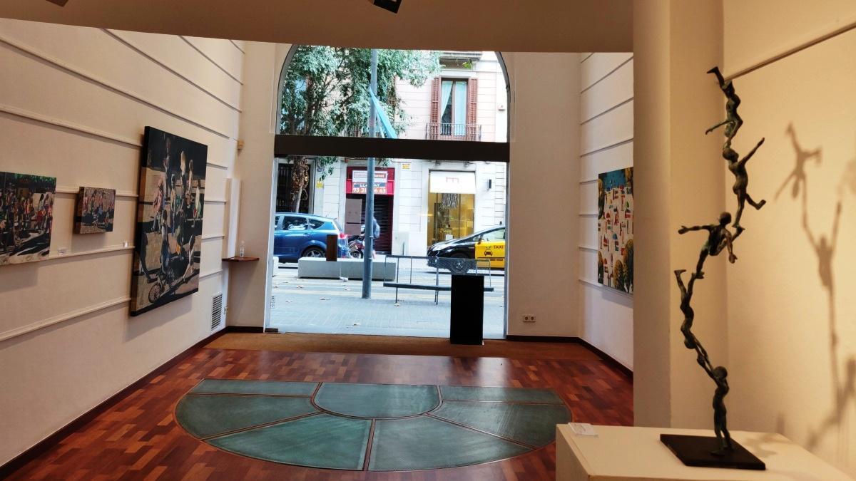 Aspecto general de la exposición con la escultura 'Columna de nens', a la derecha.
