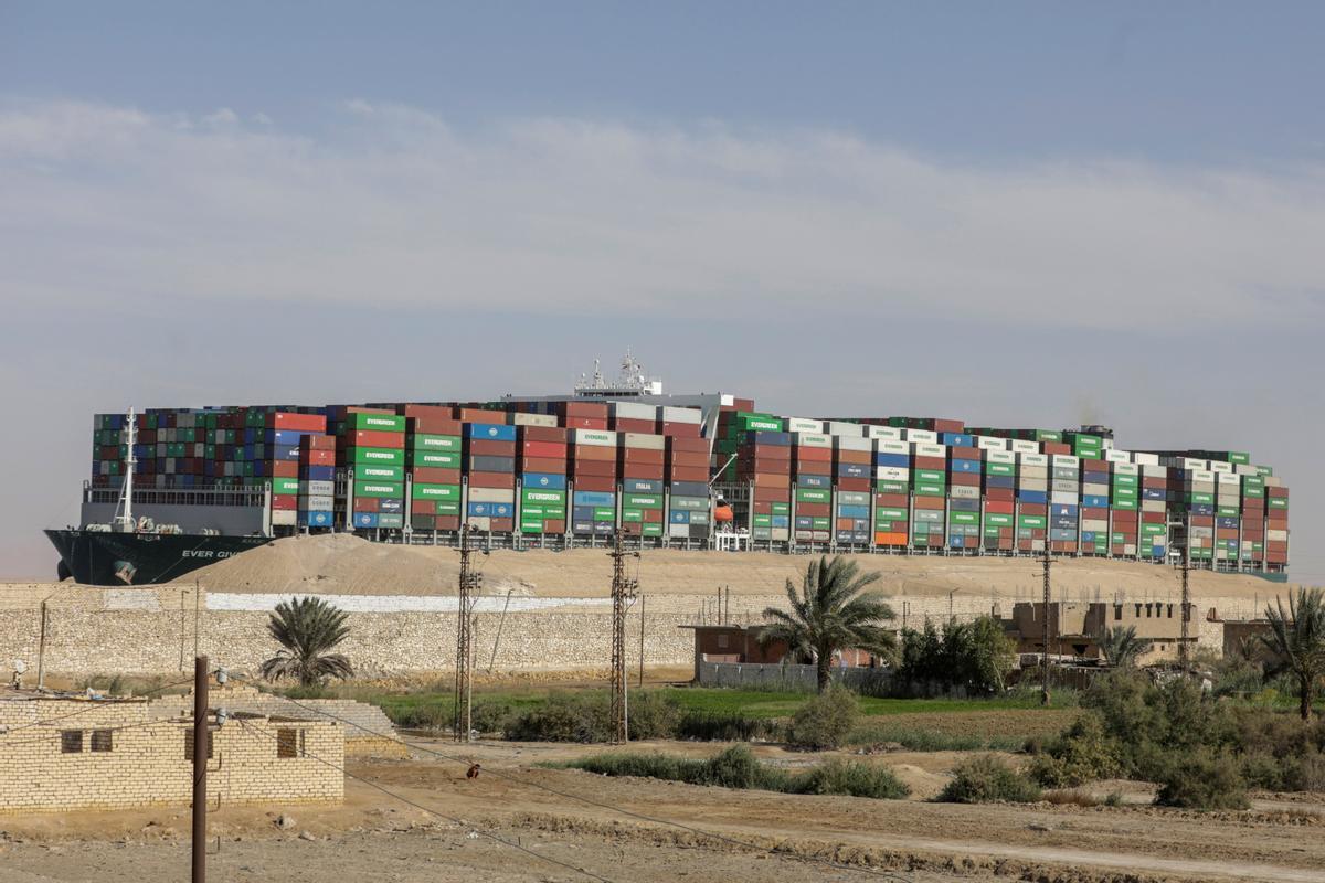 El mercante 'Ever Given' en el Canal de Suez el pasado 29 de marzo.