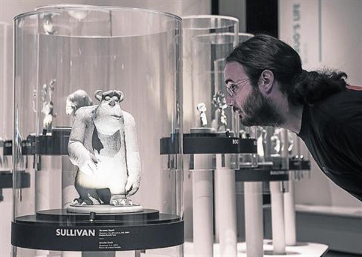 Un visitante mira una de las esculturas de resina de Sullivan, del filme 'Monstruos SA'.