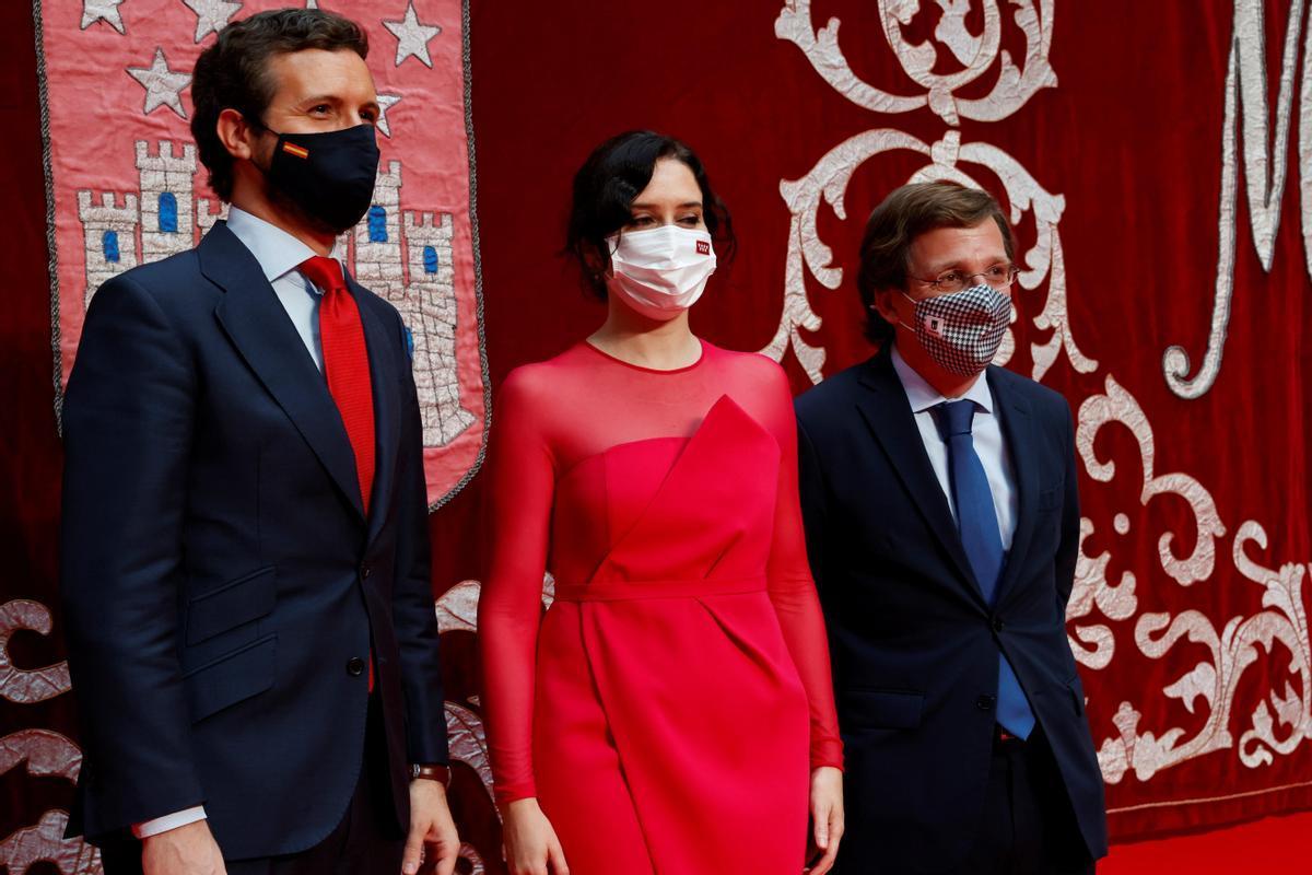 Pablo Casado y José Luis Martínez-Almeida acompañan a Isabel Díaz Ayuso en su toma de posesión tras ser investida presidenta de la Comunidad de Madrid, el pasado 19 de junio.