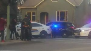 Un hombre disfrazado de Batman se ofrece a la policía de Kelowna (Canadá).