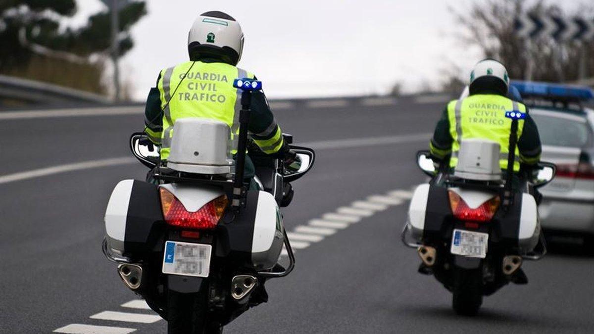Dos agentes de tráfico de la Guardia Civil.