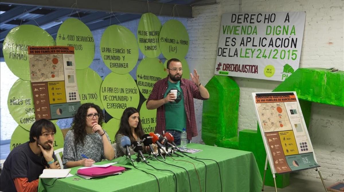 Carlos Macías, derecha,durante la presentación del informe sobre la crisis hipotecaria en Barcelona