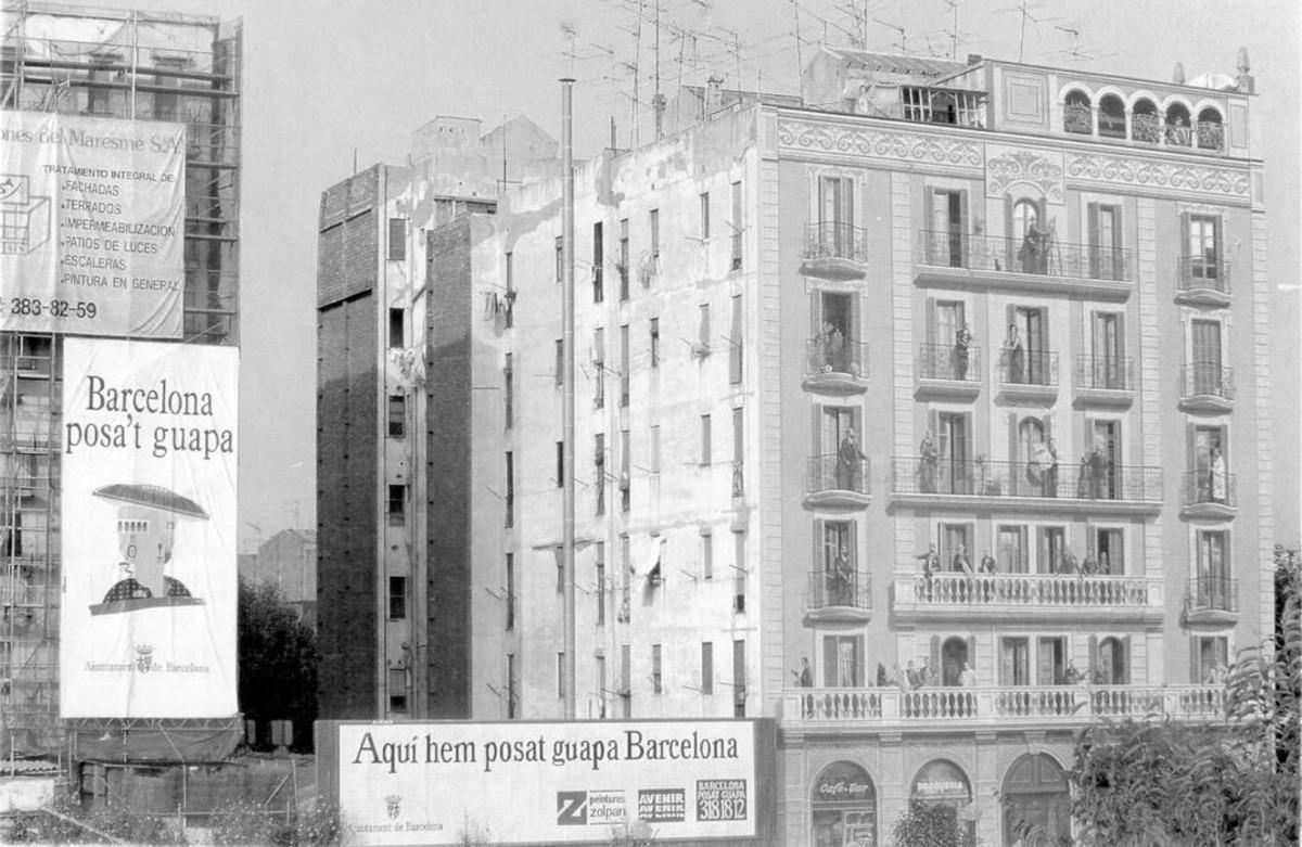 Las calles se llenaron de carteles que promocionaban la campaña 'Barcelona posa't guapa' en 1992, antes de la celebración de los JJOO.