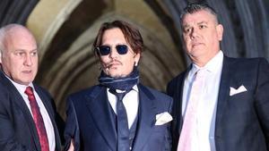 El actor Johnny Deep, en el centro, a su salida del tribunal.