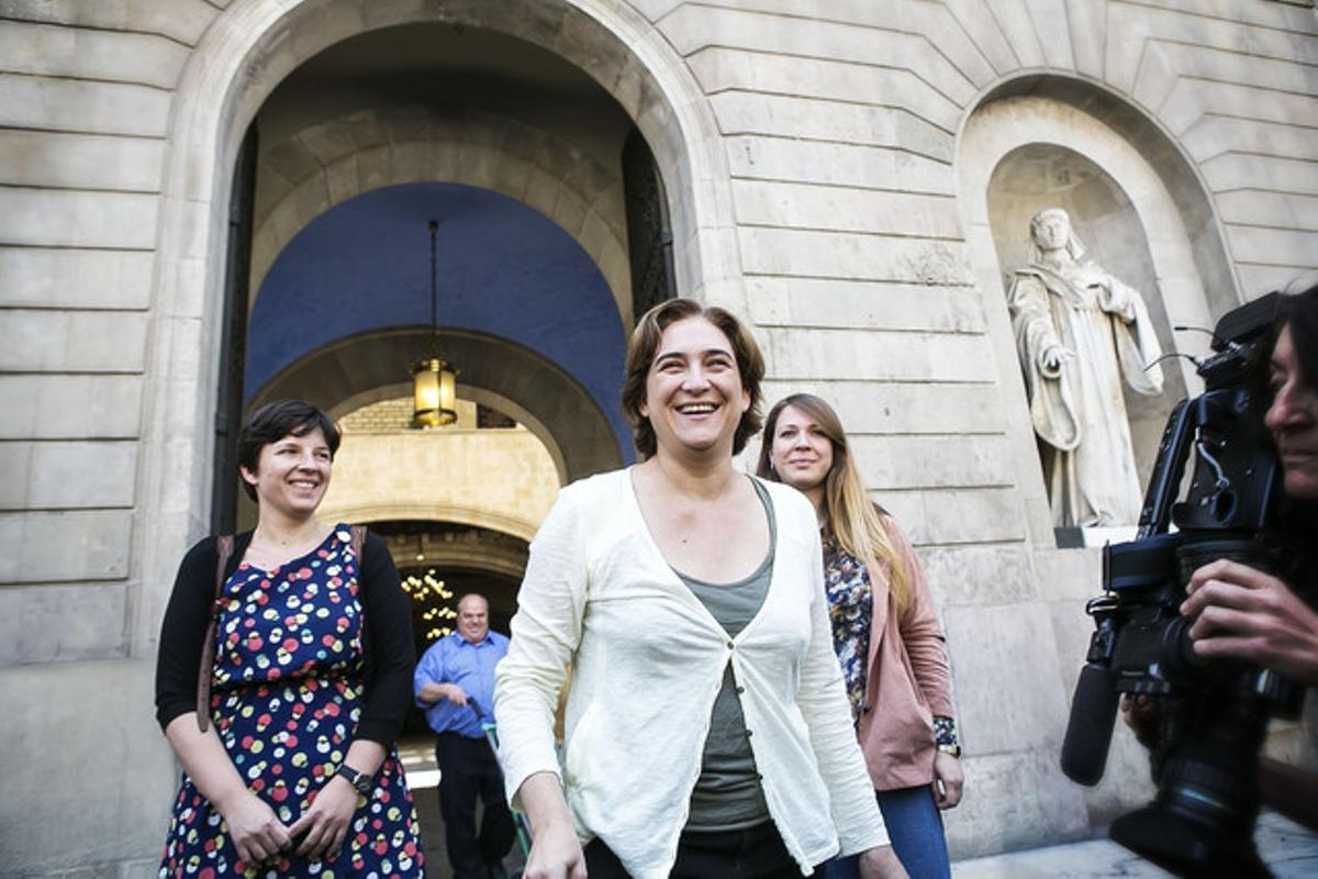 La ganadora de las elecciones municipales en Barcelona, Ada Colau (BC), junto a Laia Ortiz y Janet Sanz antes de dar la rueda de prensa delante del Ajuntament de Barcelona.