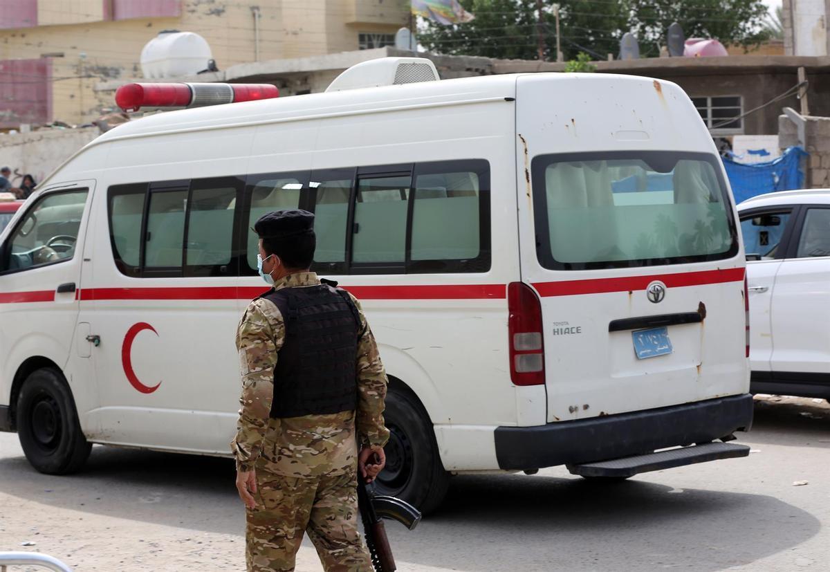 Un policía junto a una ambulancia en Bagdad.