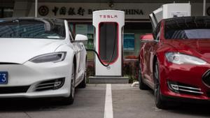 Dos vehículos de Tesla, en un puesto de recarga eléctrica en Pekín.