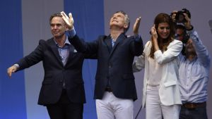 Sobre el escenario, Macri estuvo acompañado de su esposa, Juliana Awada, y su candidato a vicepresidente, Miguel Ángel Pichetto.