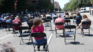Mesa redonda sobre la contaminación del aire en Barcelona en plena calle de Aragó, cortada al tráfico.