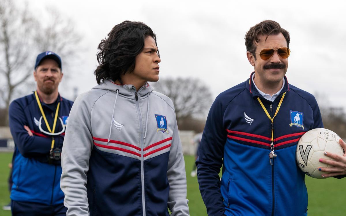Brendan Hunt, Cristo Fernández y Jason Sudeikis en 'Ted Lasso'.