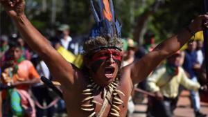 Grupo de indígenasrealizan protestas en Colombia.