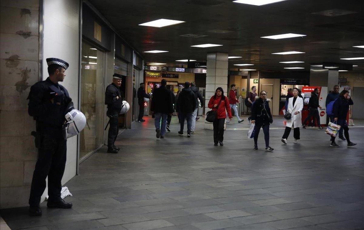 Despliegue policial contra el 'top manta' en la estación de plaza de Catalunya.