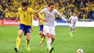 Oyarzabal busca el disparo en un partido reciente ante Suecia.