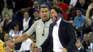 Pascual protesta airadamente después de ser expulsado en el partido ante el Gran Canaria