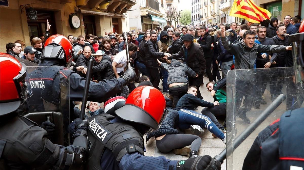 La Ertzaintza ha tenido que cargar contra los manifestantes para proteger al candidato de Ciudadanos a la presidencia del Gobierno,Albert Rivera.