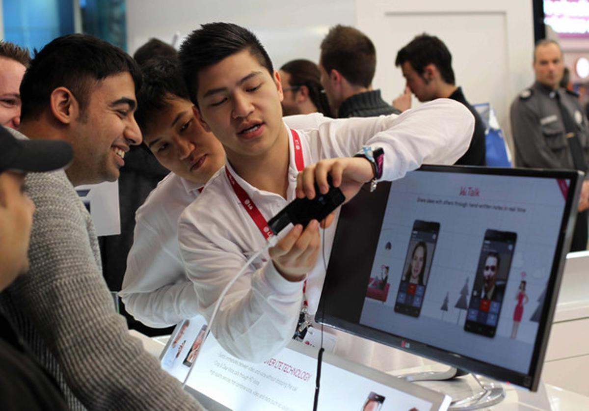 Visitantes viendo las novedades de LG en el MWC.