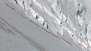 Larga hilera de alpinistas en el Everesten el 2012. .