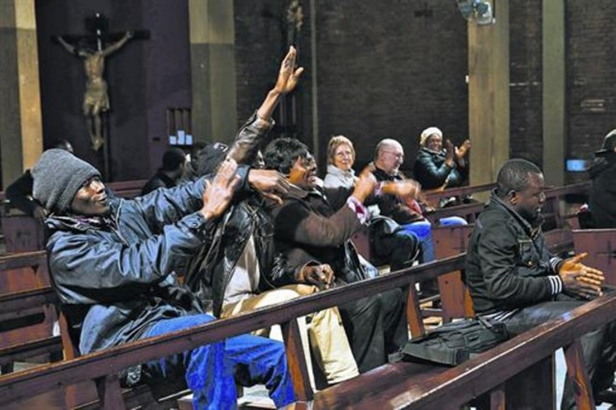 Un momento de la asamblea de los antiguos habitantes de la nave de Puigcerdà, el verano pasado, en la iglesia de Sant Bernat Calbó.