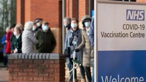 Cola para recibir la vacuna en Londres.
