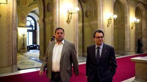 El líder de ERC, Oriol Junqueras, y el presidente de la Generalitat, Artur Mas, en el Parlament.