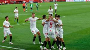 Los jugadores del Sevilla celebran uno de los goles en la reanudación del fútbol.