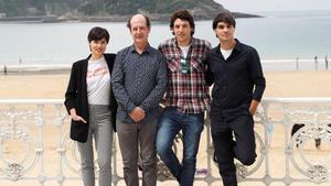 Loreto Mauleon, Mikel Laskurain, Jon Olivares y Eneko Sagardo, protagonistas de 'Patria', en un descanso del rodaje de la serie en San Sebastián.