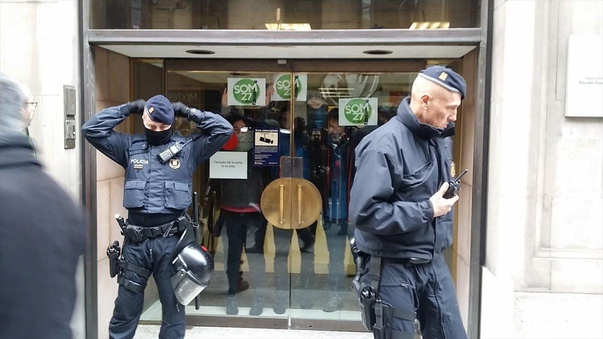 Agentes de los Mossos ante la Fiscalia Superior de Catalunya, durante una protesta por la detención.